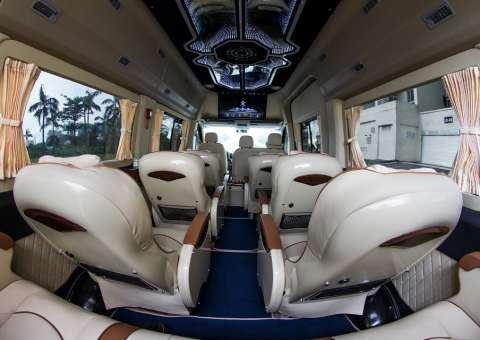 Sàn xe Solati Limousine SKYBUS được lót sàn giả gỗ chống trầy xước